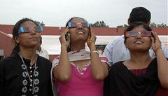Miliardy lidí sledovaly úplné zatmění Slunce, dav ušlapal ženu