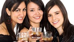 Dvě skleničky alkoholu pomáhají ženám v boji proti obezitě
