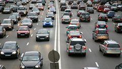 Kvůli přísnějším kontrolám emisí se očekává pokles prodeje aut, uvedla PwC