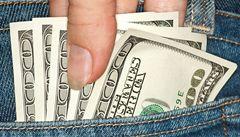Kapsáři rozdávají peníze. Strkají je lidem do kapes