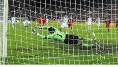 Konec parádiček. Fotbalisté už při penaltách nesmí naznačovat střely