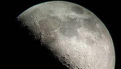 Měsíc je pokladnice prvků. Sonda objevila víc vody, než se čekalo