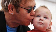 Zpěvák Elton John nesmí adoptovat dítě, bude ho tedy podporovat