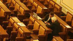 Budoucí poslanci chtějí schvalovat normy. Sami je ale nedodržují