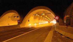 Mladík přežil nehodu v autě, poté se zabil skokem z portálu tunelu