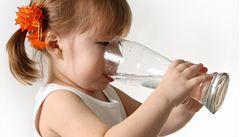 Výrobci přesvědčují o výhodách balené vody, proklínají kohoutky