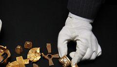 Britský amatér s detektorem kovů našel největší anglosaský zlatý poklad