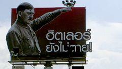 Hitler nezemřel, stálo na billboardu. Po protestech ho museli zakrýt