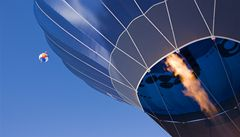 Provazochodci na laně mezi balony: neudrželi stabilitu a spadli