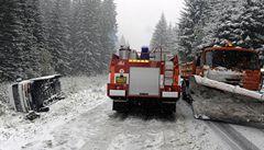 Na horách sněží, tvoří se závěje. Auta už mají mít zimní pneumatiky