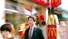 Lidé chtějí levné jídlo, McDonald's si mne ruce a rostou mu zisky