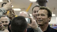 Schwarzenegger rozdával americkým vojákům v Iráku doutníky