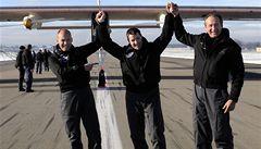 Letadlo na solární pohon zvládlo i noční let. Chystá se obletět svět