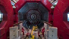 Urychlovač LHC má svůj první rekord a první publikaci