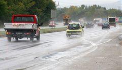 Na silnicích opatrně. Vozovky v Česku namrzají, pozor na mlhy