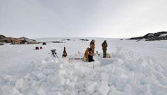 Výzkumníci našli v ledu zbytky prvního letadla na Antarktidě