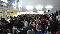 Šestihodinový chaos na letišti v Newarku způsobil nevinný romantik