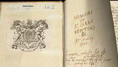 Přečtěte si o Newtonovi a jablku poprvé od zdroje