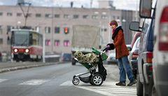 Nebezpečné přechody obklopené auty: pro chodce riziko smrti