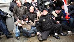 Soud zakázal Dělnickou stranu. Příznivce rozháněli těžkooděnci