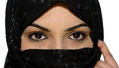 Íránky masivně utrácejí za make-up, jednu z mála povolených radostí