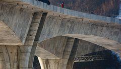 Stavba nejdelšího mostu v Česku finišuje. Podívejte se do jeho útrob