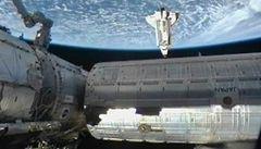 Raketoplán Endeavour přistál u ISS, přivezl tam evropskou observatoř