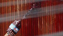 Šoková taktika thajských demonstrantů: na sídlo premiéra házeli sáčky s krví