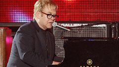 Důchodce hrozil na internetu smrtí Eltonu Johnovi. Policie ho zatkla