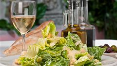 Co pít k salátům? Nejlépe se hodí svěží a lehká vína