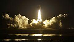 Raketoplán Discovery se sedmi astronauty míří k ISS. Nese náhradní díly