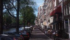 Alkoholici uklízejí ulice Amsterdamu. Za pivo a cigaretový papír
