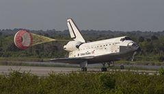 Raketoplán Discovery po několika odkladech úspěšně přistál na Floridě