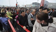 Tisíce Číňanů stály hodiny frontu na Jana Nepomuckého