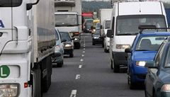Zákaz jízdy v levém pruhu dálnic může omezit i řidiče karavanů. Návrh vláda projedná v pátek