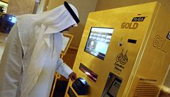 Ve zlaté hale hotelu v Abú Zabí padá z pozlaceného automatu zlato