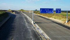 Ministerstvo vyhrožuje, že zastaví stavbu většiny silnic. Chybí peníze
