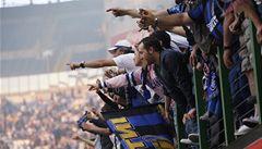 V Miláně slaví triumf. Radost ve městě kazí ubodaný fanoušek a odchod Mourinha