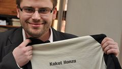 Kokot Honza, má na triku mluvčí TOP 09. Lidé chtějí své vlastní