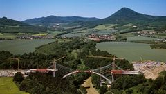 Pod Milešovkou finišuje dostavba unikátního oparenského mostu
