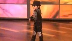 Čtyřletý Číňan tančí jako Michael Jackson, stává se mezinárodní senzací