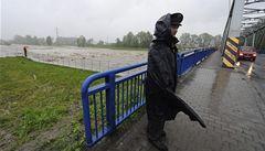 Povodeň prohnula most v Kunčičkách, hrozí mu stržení