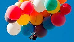 Dobrodruh přeletěl La Manche na židli přivázané k heliovým balonkům