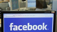 Třetina Američanek je závislá na Facebooku. Účet kontrolují i v noci