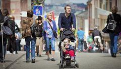 Američané pošilhávají po mateřské pro táty a zdražují zelenou kartu