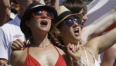 Škrty ve státním rozpočtu nebo fotbal? Anglii ovládla fotbalová horečka