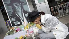 Hrobku Jacksona popsali fanoušci vzkazy, správce to rozčílilo