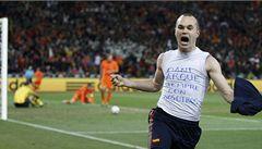 Rival Espaňol vystavil triko barcelonského Iniesty