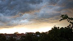 V části Česka budou odpoledne a v noci velmi silné bouřky s kroupami