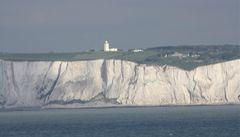 Británie bojuje proti migrantům. Posílí kontroly v přístavu Dover